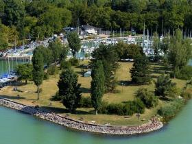 Gigabiznisz a Balatonnál: lepasszolja vitorláskikötőit az állami hajózási cég