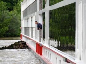 Hídnak ütközött és keresztbe fordult egy hotelhajó a Dunán