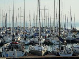 Hol a helye télen a hajónak? - parton kontra vízen tárolás
