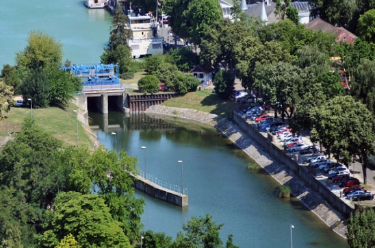 Ki lopja a vizet a Balatonból?