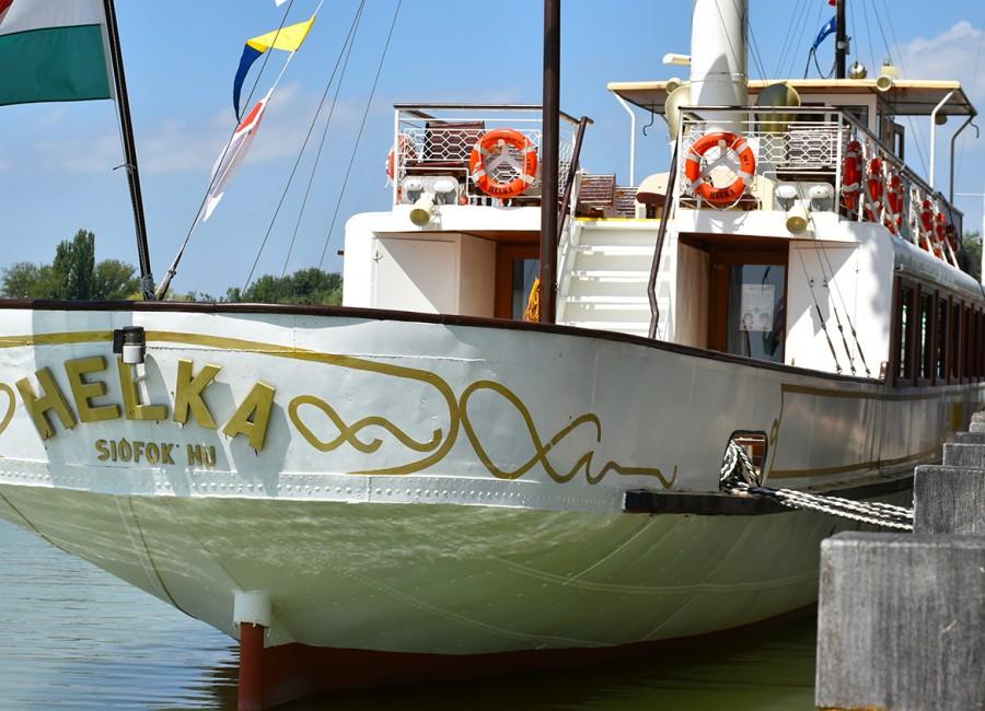 Különleges tortával köszöntötte a BAHART az idén 130 éves HELKA nosztalgiahajót