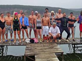 Megmártóztak az 5 fokos tóban az év első napján