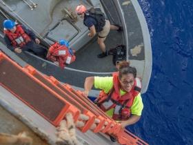Öt hónapig hánykolódott két nő és két kutya a Csendes-óceánon
