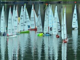Selejtező futamokkal indult a legnépesebb hajóosztály világbajnoksága