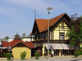 Vitorlás múzeum a parton